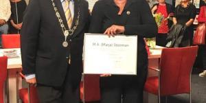 Op maandagavond 9 september reikte burgemeester Jacques Niederer de Roosenspeld uit aan mevr. Marja Steeman in het inloophuis 'De Rose-Linde'.