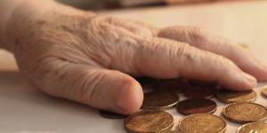 Hand met enkele muntstukken