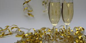 Champagneglazen en slingers