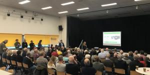 Zaal met mensen tijdens presentatie ontsluiting Bulkenaar