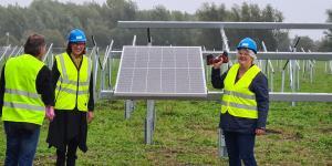 Wethouder Klaar Koenraad en Marlies Bartels hebben het eerste zonnepaneel van de Zonneweihoek gelegd