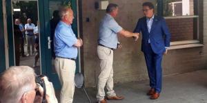 Wethouder Toine Theunis overhandigde officieel de sleutel van de Bovendonk 111 aan de eerste nieuwe gebruikers van het pand