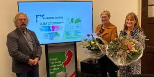 Wethouder Cees Lok met prijswinnaars Ans van Aken en Toos Jacobs