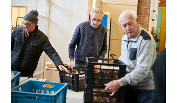 Mensen aan de slag bij de voedselbank