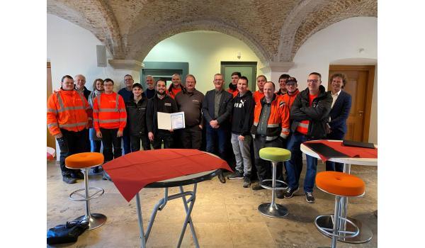 11 deelnemers aan project Garantiebanen met wethouder Rene van Ginderen