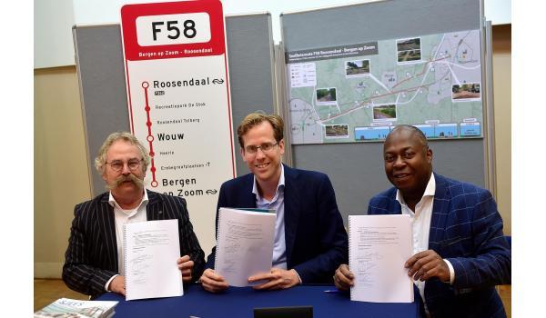 Wethouders Cees Lok van Roosendaal en Andrew Harijgens van Bergen op Zoom hebben samen met de gedeputeerde Christophe van der Maat van de provincie Noord-Brabant een bestuursovereenkomst voor de snelfietsroute getekend.