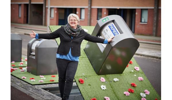 Kunstgras en kunstbloemen moeten voorkomen dat Roosendalers hun afval naast de ondergrondse containers plaatsen