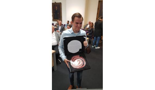 Menno Nefs ontving de Jongerenroos uit handen van burgemeester Jacques Niederer